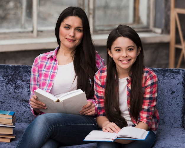 Mooie vrouw en jong meisje glimlachen