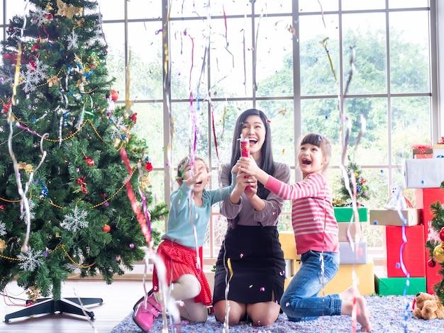 Mooie vrouw en klein meisje twee die een confettien houden