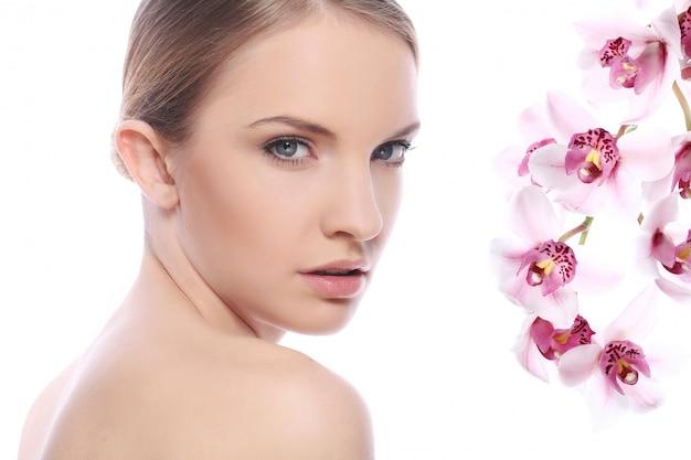 Mooie vrouw en orchideebloemen
