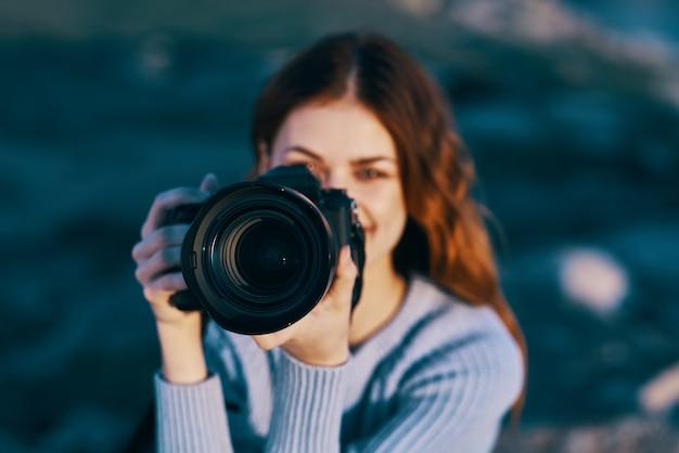 Mooie vrouw fotograaf natuur rotsachtige bergen close-up professional