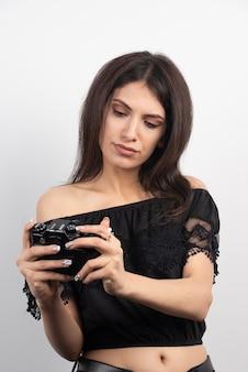 Mooie vrouw fotograferen met een camera