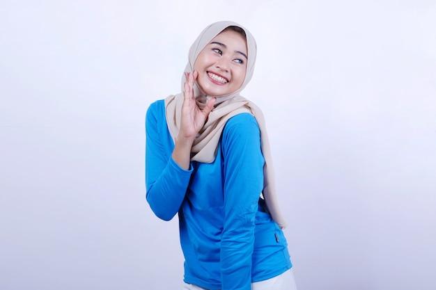Mooie vrouw, gekleed in een blauwe t-shirt mooi meningsuiting