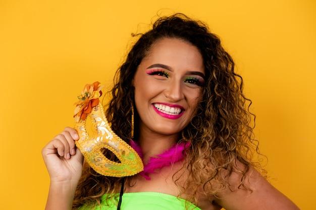 Mooie vrouw gekleed voor carnavalsnacht. afro vrouw met carnaval make-up