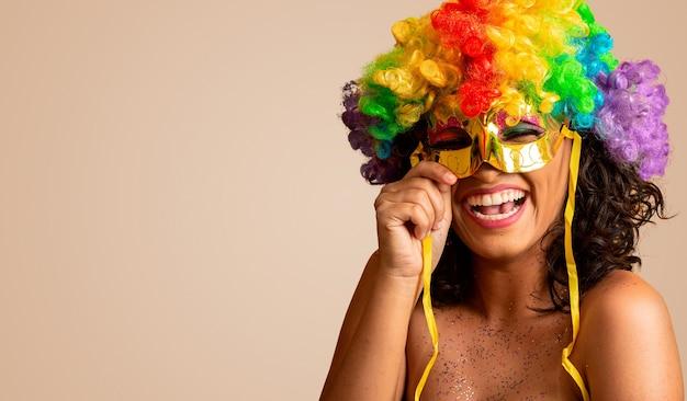 Mooie vrouw gekleed voor carnavalsnacht