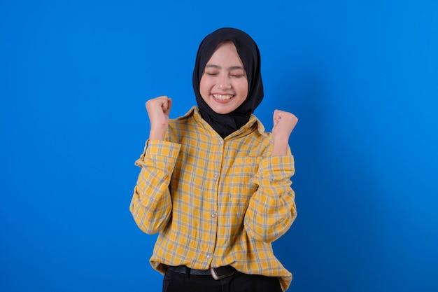 Mooie vrouw gele rok dragen en sluit haar ogen gebaren met handen