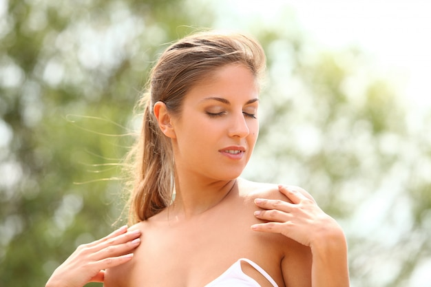 Mooie vrouw geniet van de zomer