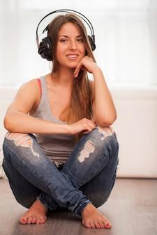 Mooie vrouw geniet van muziek in hoofdtelefoons