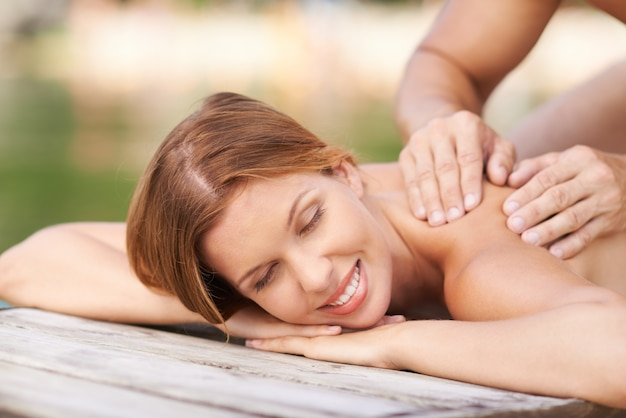 Mooie vrouw genieten van haar massage