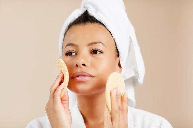 Mooie vrouw genieten van huidverzorging