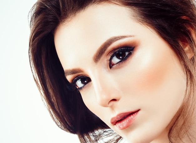 Mooie vrouw gezicht portret close-up met krullend haar geïsoleerd op wit