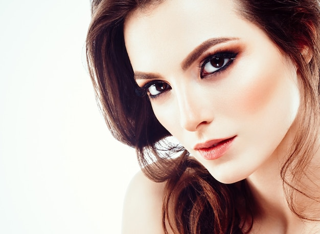 Mooie vrouw gezicht portret met handen. close-up met krullend haar geïsoleerd op wit