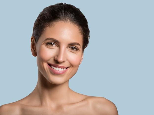 Mooie vrouw gezonde huid schoonheid gezicht cosmetische concept kleur achtergrond. blauw.