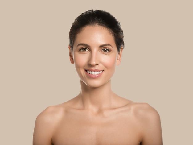 Mooie vrouw gezonde huid schoonheid gezicht cosmetische concept kleur achtergrond. bruin.