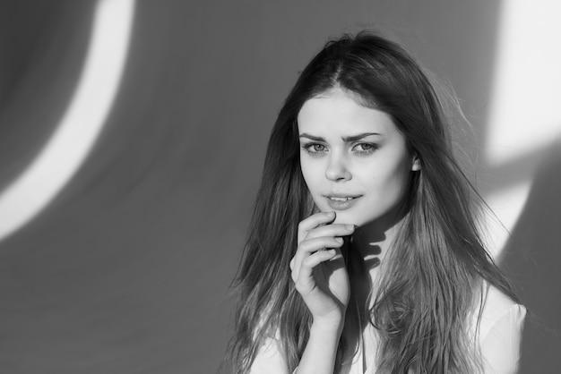 Mooie vrouw glamour mode kapsel zwart-wit fotomodel