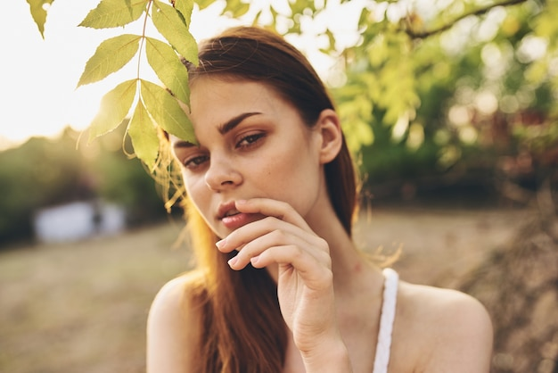 Mooie vrouw glamour natuur poseren zomer close-up