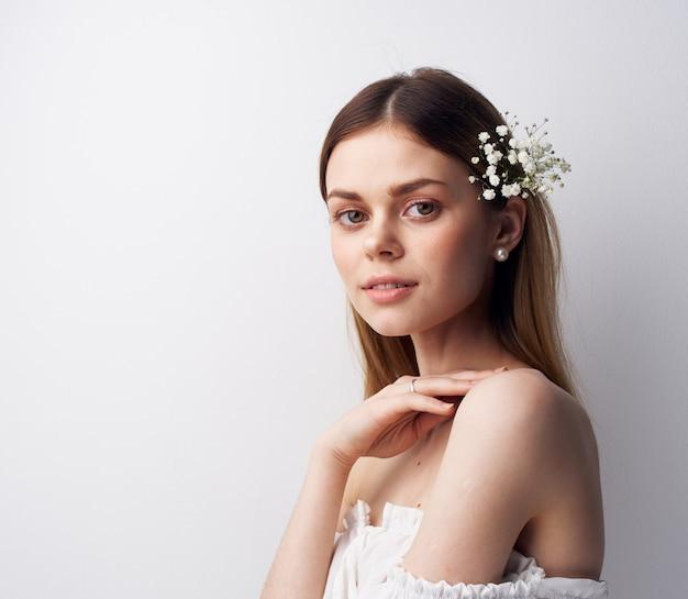 Mooie vrouw glimlach teleurstelling decoratie bloemen in haar haar. hoge kwaliteit foto