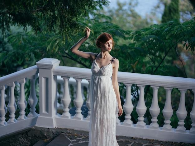 Mooie vrouw griekse mythologie decoratie park luxe