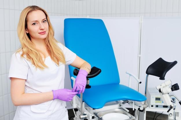 Mooie vrouw gynaecoloog in rubberen handschoenen glimlachen