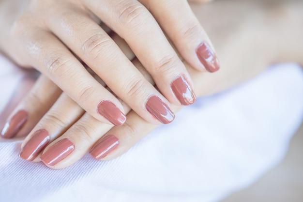 Mooie vrouw hand met nagellak