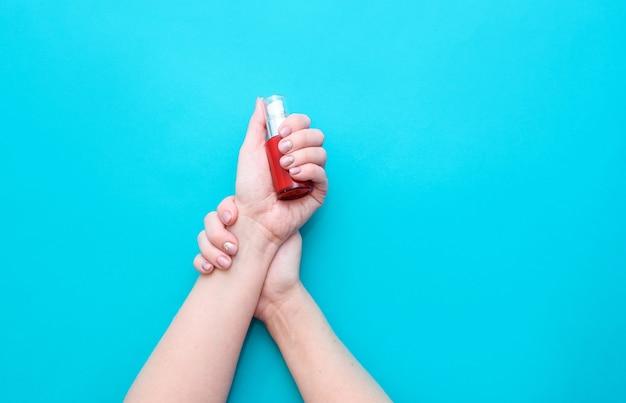 Mooie vrouw handen op de roze achtergrond. goed verzorgde vrouwelijke handen met een prachtige manicure in nude tinten.