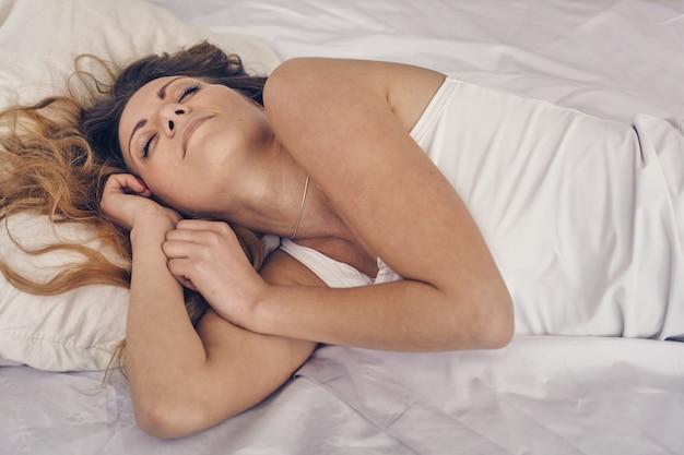 Mooie vrouw heeft een goedemorgen slaap