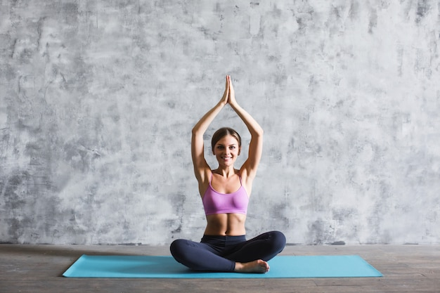 Mooie vrouw het beoefenen van yoga.