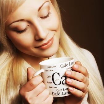 Mooie vrouw het drinken koffie dicht omhoog
