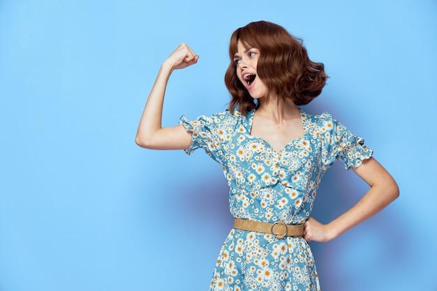 Mooie vrouw houdt zijn hand in een vuist stijlvolle kleding bijgesneden weergave