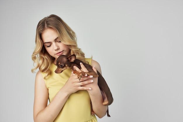 Mooie vrouw huisdier poseren mode geïsoleerde achtergrond