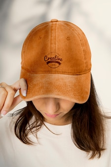 Mooie vrouw in baseballcap, hoofdband fashion studio shoot