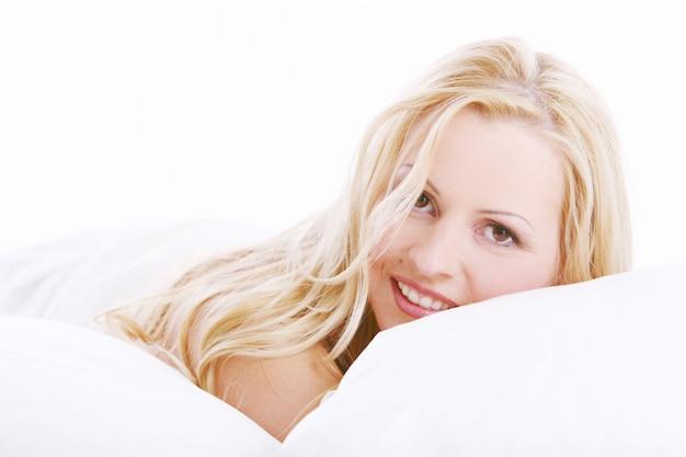 Mooie vrouw in bed