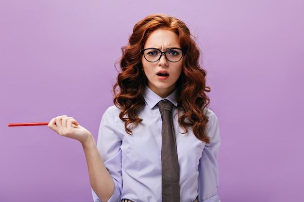 Mooie vrouw in blauw shirt kijkt met misverstand in de camera