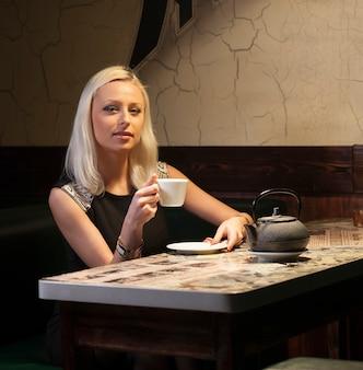 Mooie vrouw in café