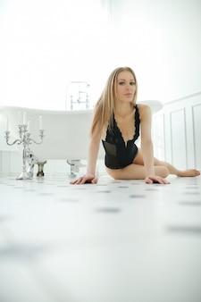 Mooie vrouw in de badkamer