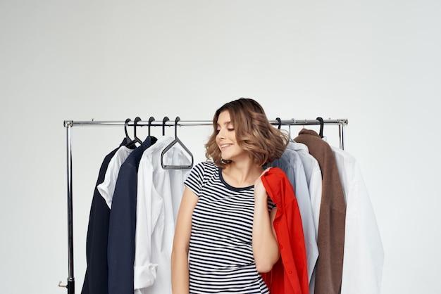 Mooie vrouw in de buurt van kleding shopaholic studio-emotie