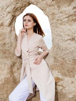 Mooie vrouw in de buurt van stenen rotsen model reizen