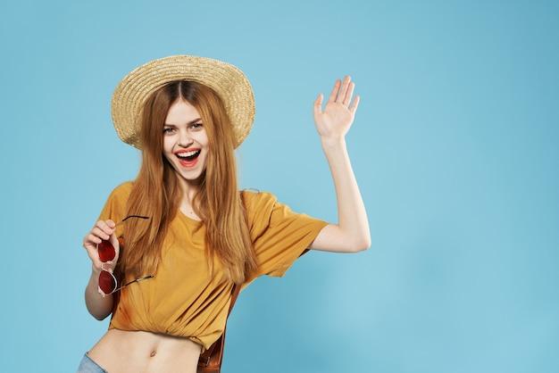 Mooie vrouw in de glamour van de hoedenmanier bijgesneden studiomening