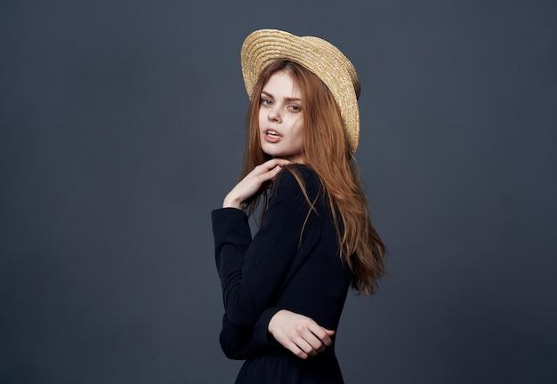 Mooie vrouw in de glamour van de hoedenmanier en luxe dark