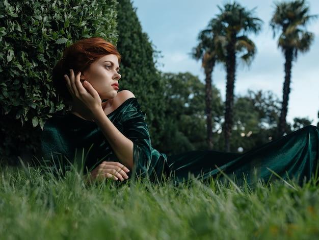 Mooie vrouw in de groene prinses van de de tropenreis van de kledingsglamour