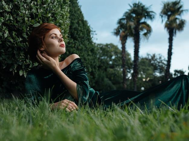 Mooie vrouw in de groene prinses van de de tropenreis van de kledingsglamour.
