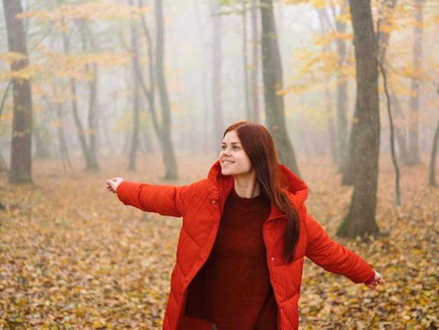 Mooie vrouw in de herfst in de regen van de bosmist lopen