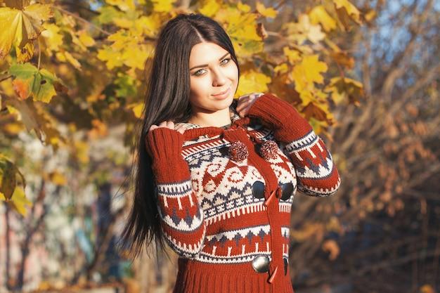 Mooie vrouw in de herfstdag