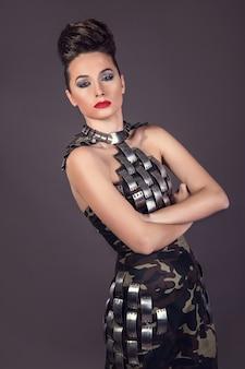 Mooie vrouw in de mode militaire kleding