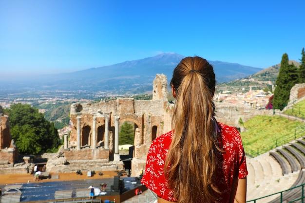Mooie vrouw in de ruïnes van het oude griekse theater in taormina, sicilië italië