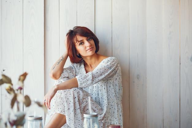 Mooie vrouw in de studio