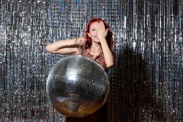 Mooie vrouw in discopartij op heldere gordijnen
