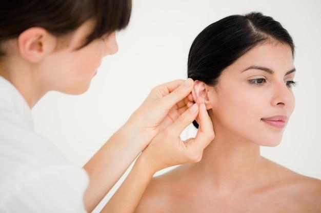 Mooie vrouw in een acupunctuur-therapie