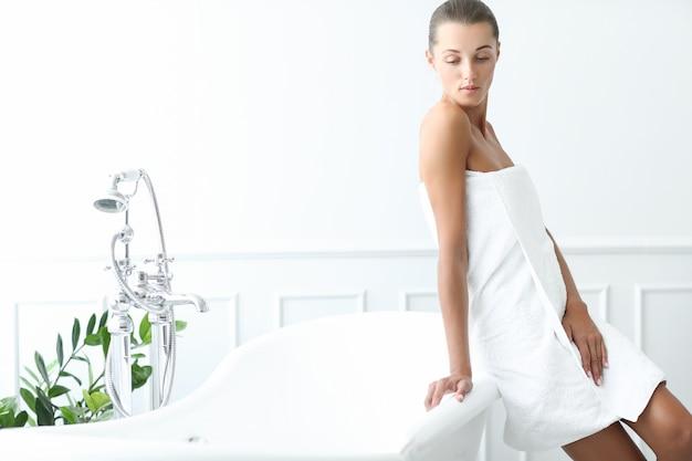 Mooie vrouw in een badkamer