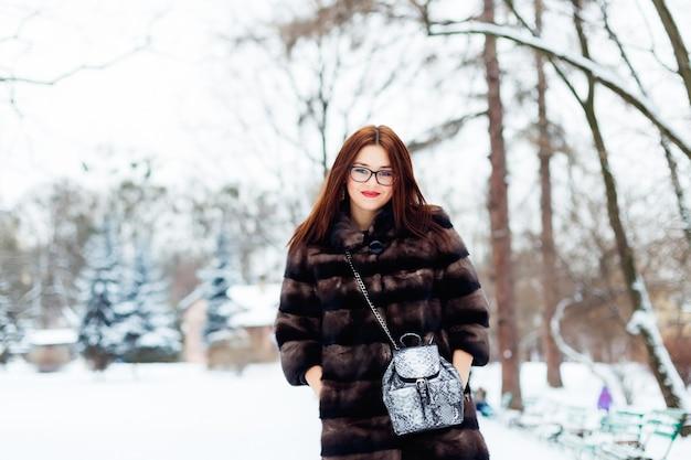 Mooie vrouw in een bontjasje in de winter
