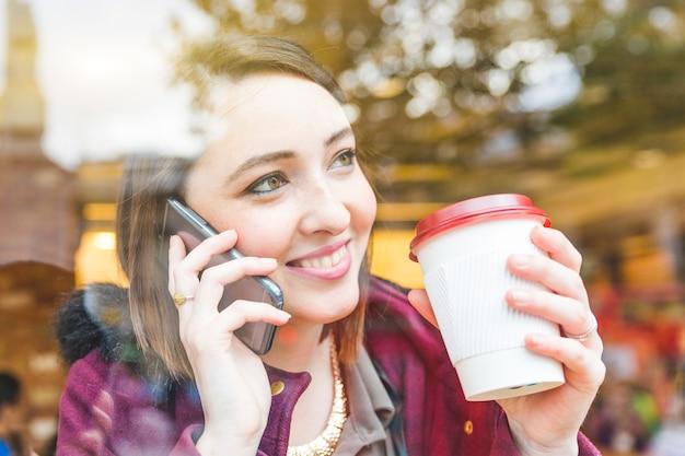Mooie vrouw in een café met een kopje thee